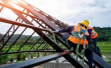 Pracujący-mezczyzni-na-dachu